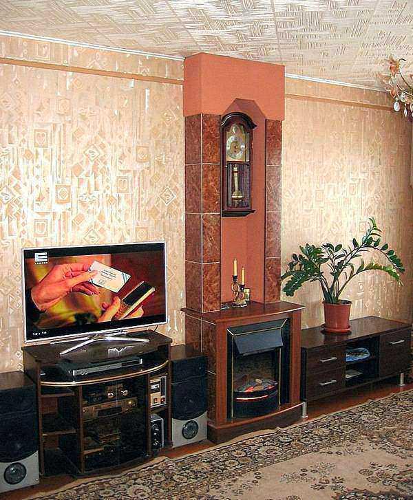 Гостиная с камином и акустическими системами