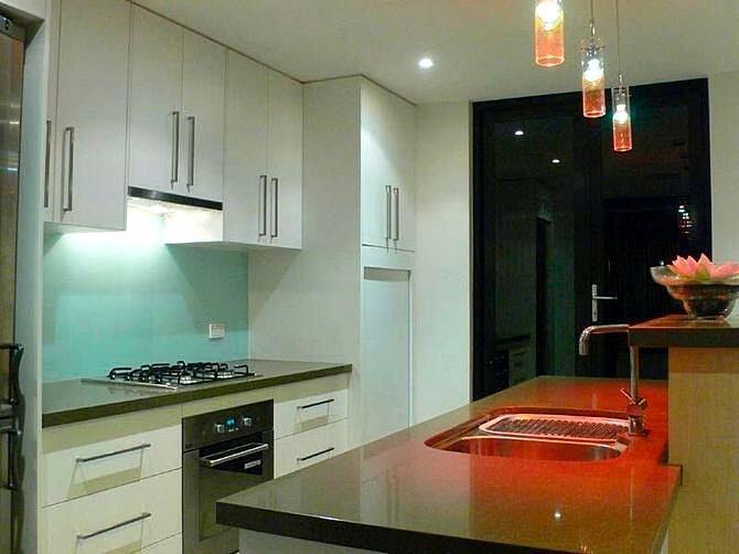 Красные светильники в интерьере кухни