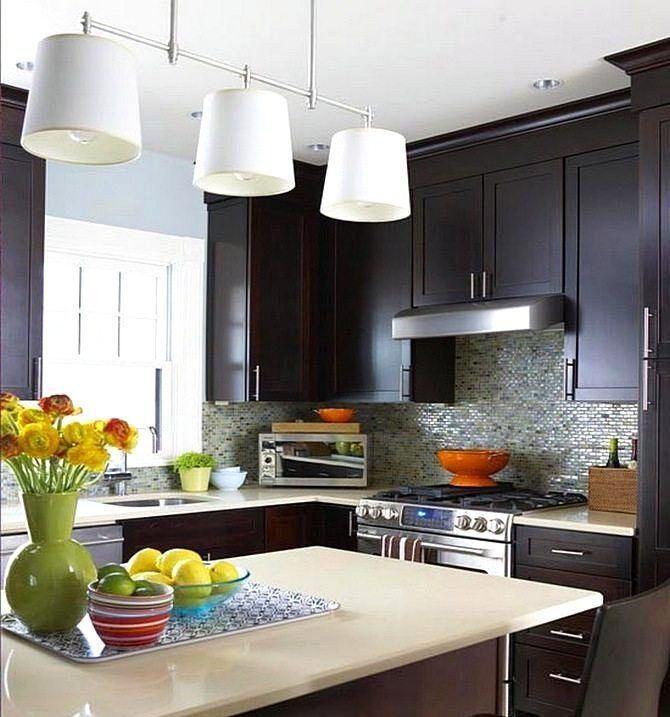Белые светильники в интерьере кухни