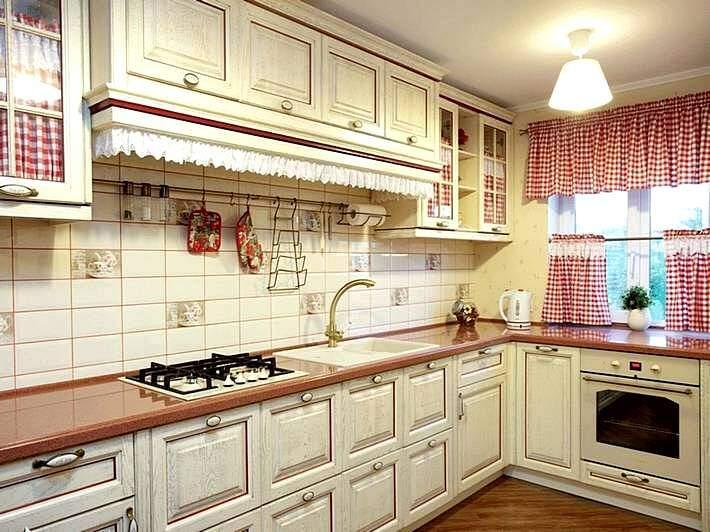 Пестрые шторы на кухне