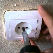Как закрепить розетку в стене, если она вываливается. Простые способы