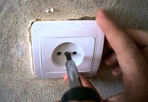 Как закрепить розетку в стене, если она вываливается - простые варианты