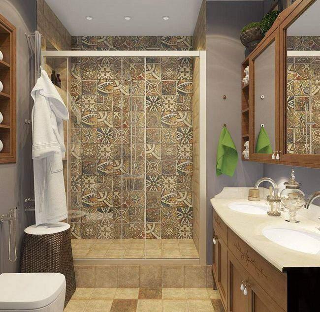 Интерьер маленькой ванной комнаты с оригинальной кафельной плиткой