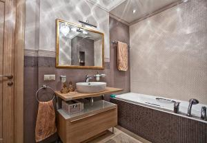 Маленькая ванная комната с мебелью из натуральных материалов