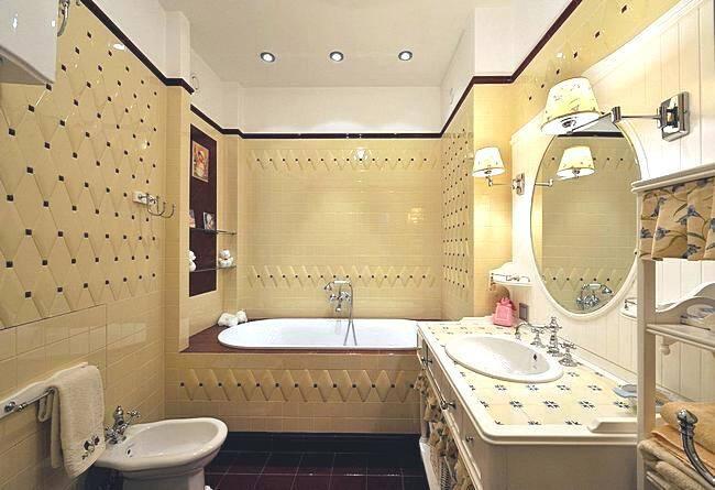 Маленькая ванная комната в бежевых тонах
