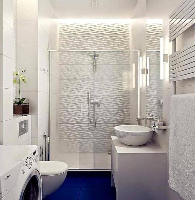 Светлая отделка стен ванной в сочетании с синей напольной плиткой