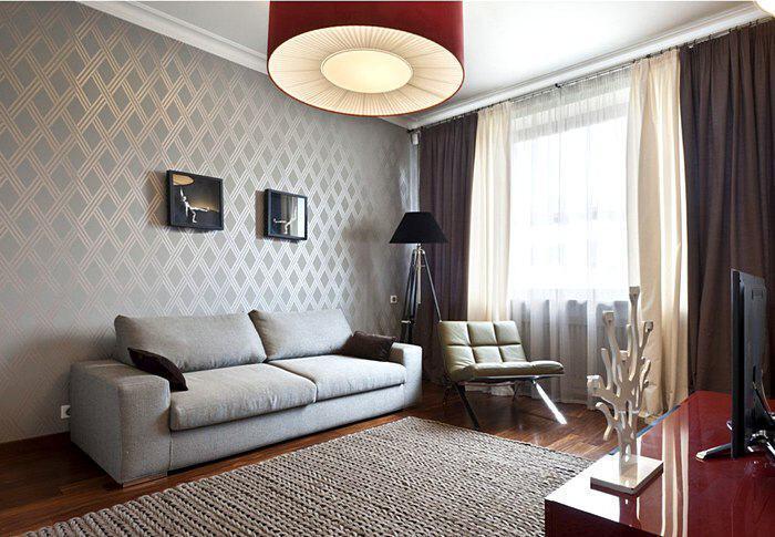 Темные шторы к серым обоям в гостиной