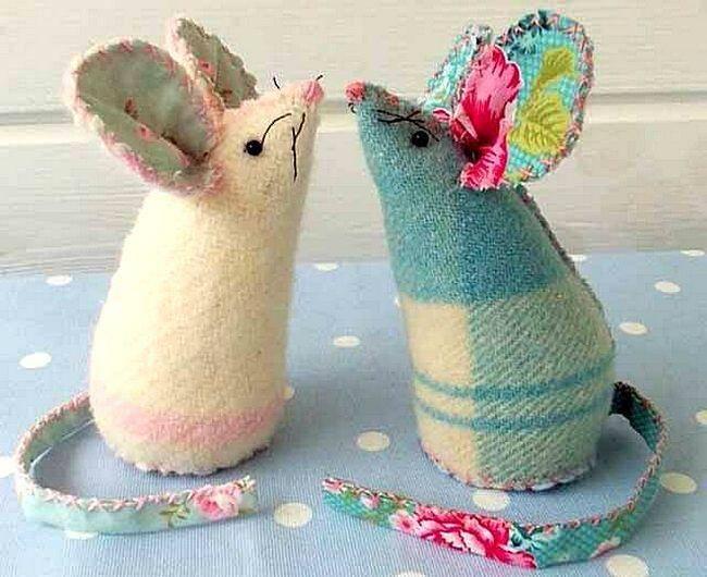 Фигурки новогодних крыс из обрезков одеяла