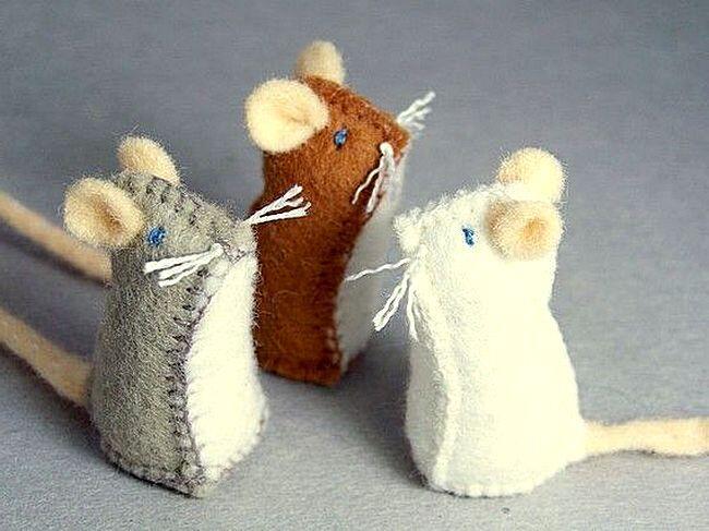 Самодельные фигурки новогодних крыс из ткани