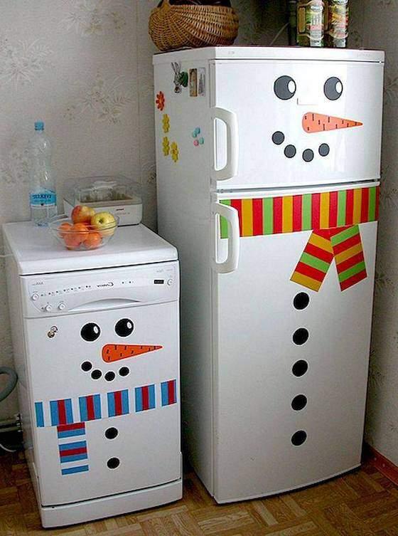 Холодильники, наряженные в снеговика