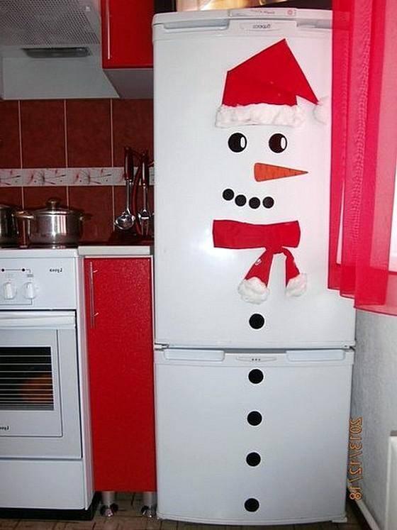 Холодильник, наряженный снеговиком
