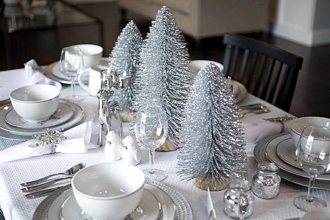 Новогодний стол 2020 с белой скатертью и серебристыми елочками