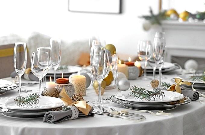 Новогодний стол с белой скатертью