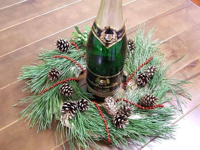 Бутылка шампанского в венке из еловых веток