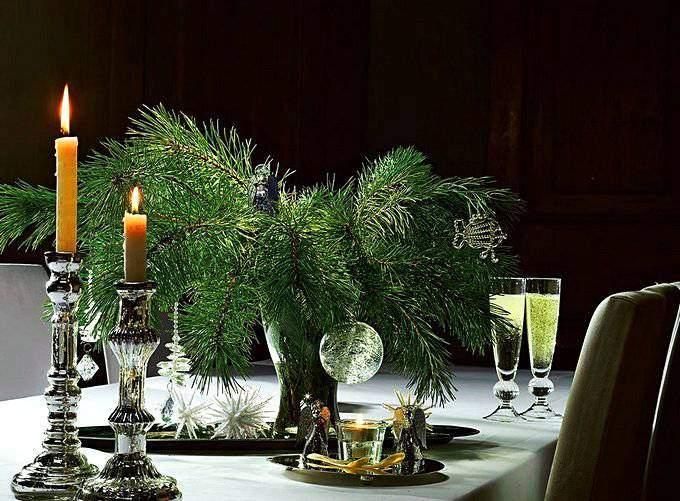 Свечи и еловые ветки на новогоднем столе