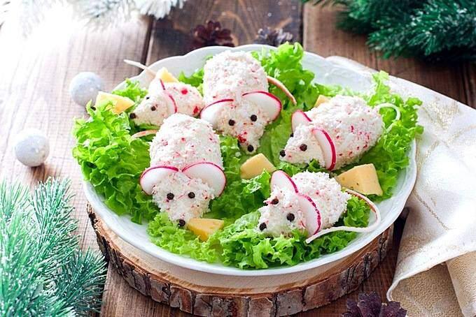 Белые крысята из редиса в новогоднем блюде