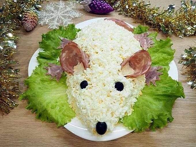 Блюдо к новогоднему столу с изображением белой крысы