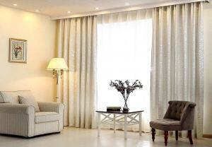 Нежные шторы для зала в современном стиле