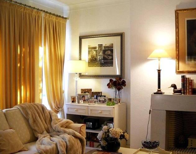 Шторы в гостиной цвета Mellow Yellow