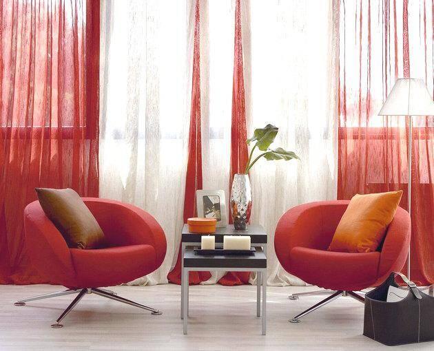 Ярко-красные шторы в интерьере зала