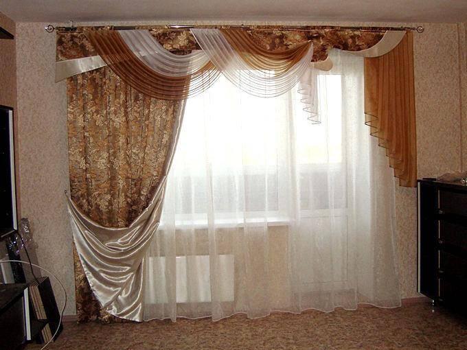 Пышные шторы для зала с балконом
