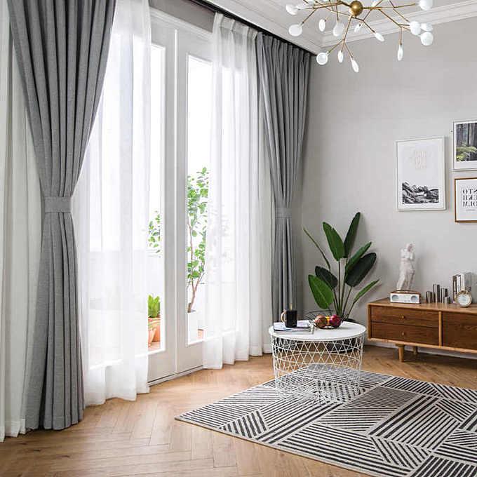 Серые шторы в современном интерьере гостиной