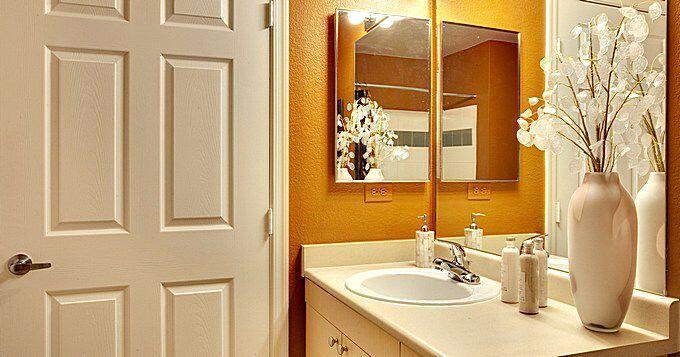 Окрашенные двери для ванной комнаты
