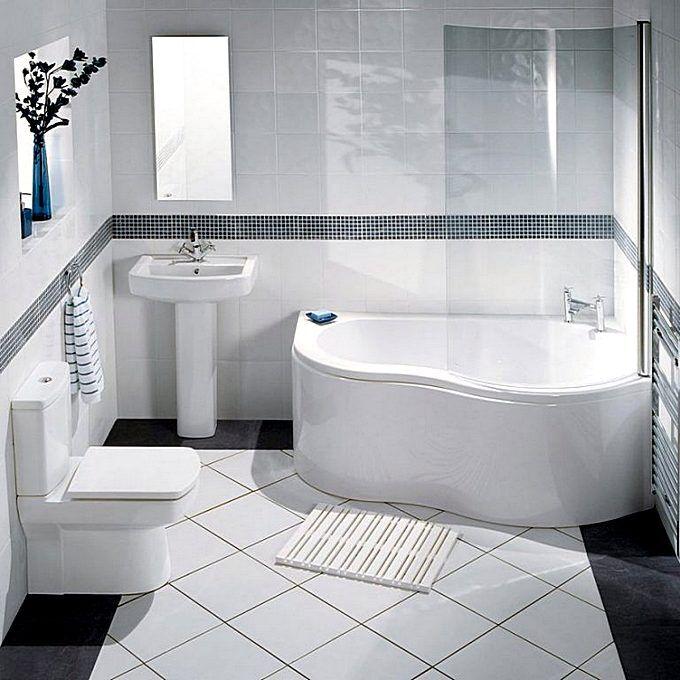 Маленькая угловая ванна в интерьере ванной комнаты
