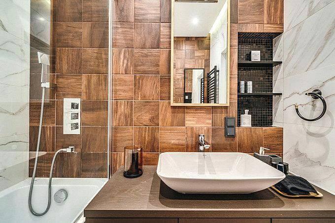 Плитка в ванной с имитацией дерева