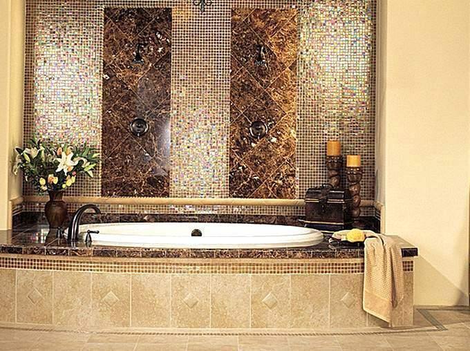 Сочетание мозаики с керамической плиткой в отделке ванны