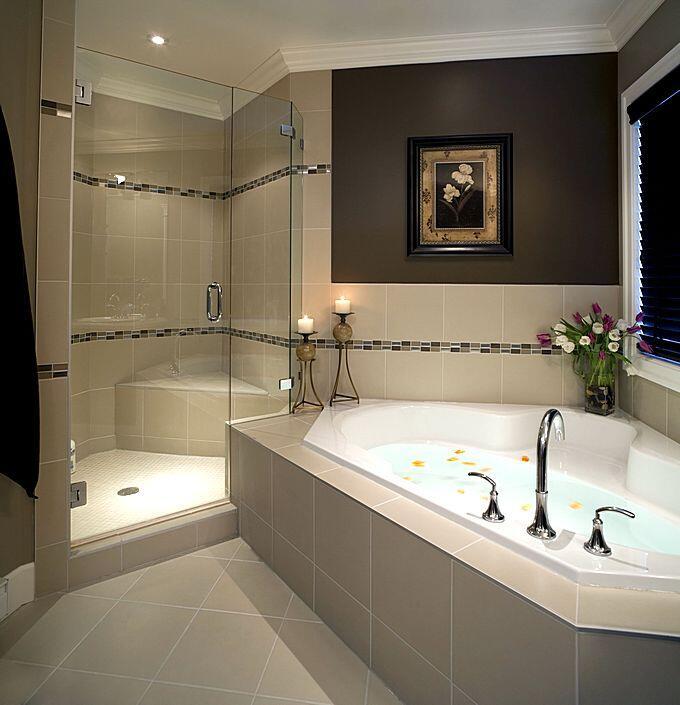 Угловаяванна и душевая кабина в ванной комнате
