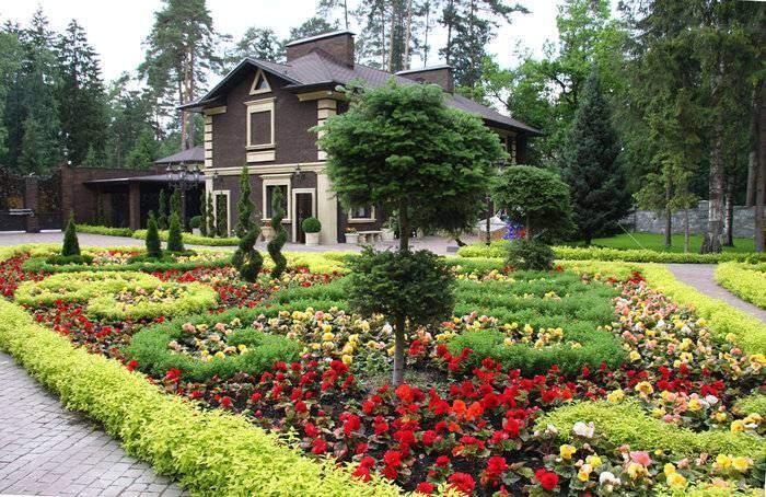 Красивый цветник у загородного дома