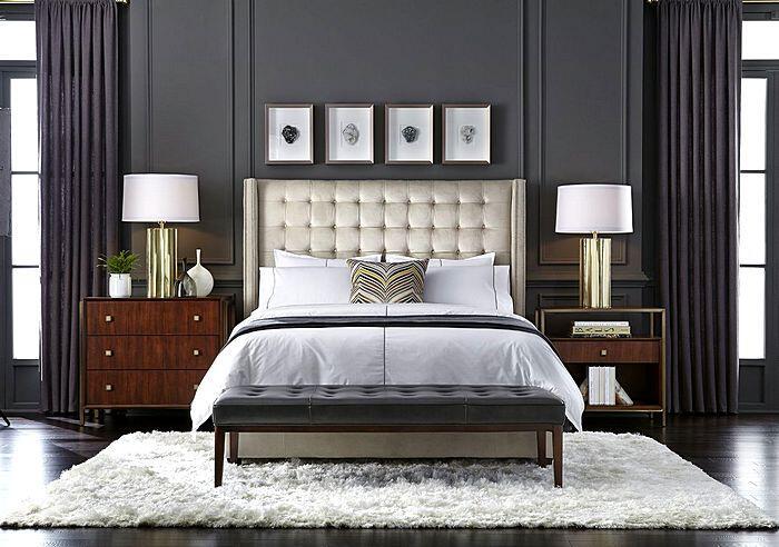 Разные тумбочки в интерьере спальни