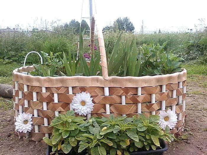 Клумба для цветов в виде карзины из ленолиума