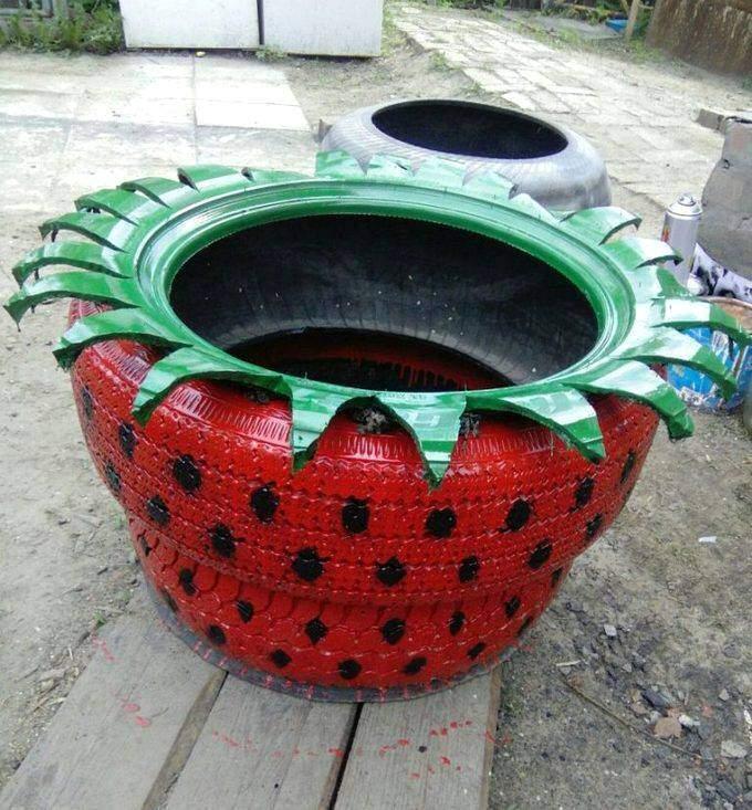 Клумба в виде ягоды клубники из покрышек