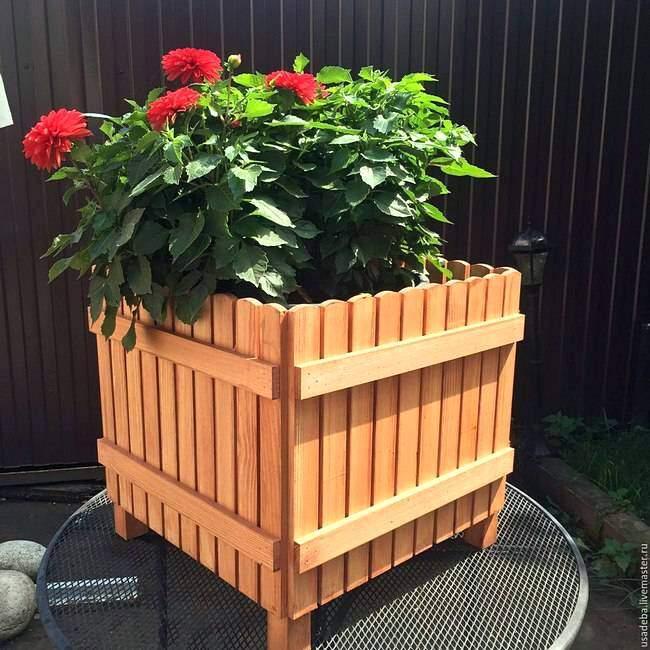 Клумба из дерева для цветов
