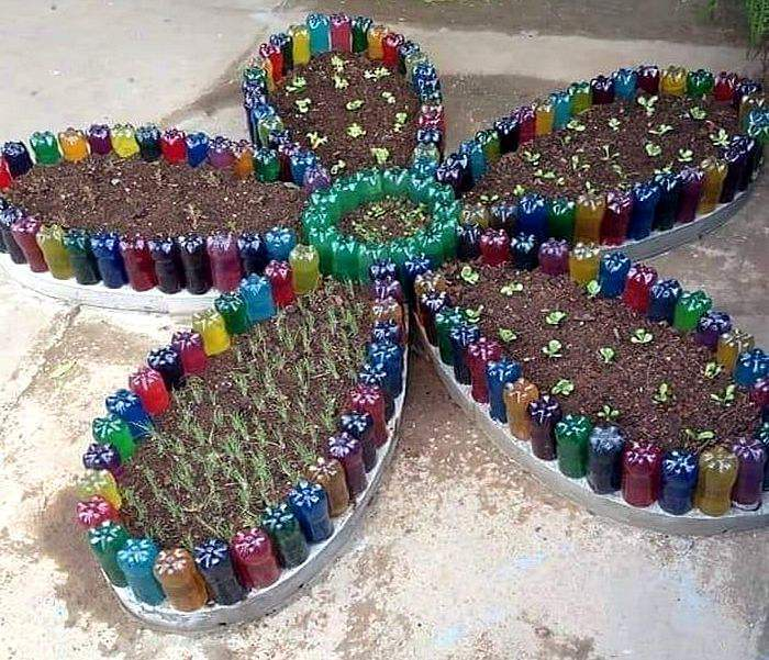 Клумба-цветок из пластиковых бутылок