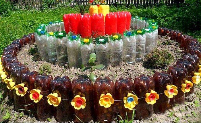 Клумба для цветов на даче из пластиковых бутылок