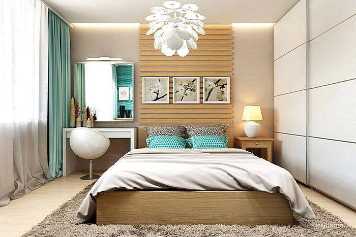 Модный интерьер спальной комнаты с панелями из деревянных реек