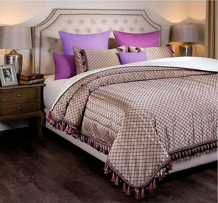 Наволочки разного цвета в спальной комнате