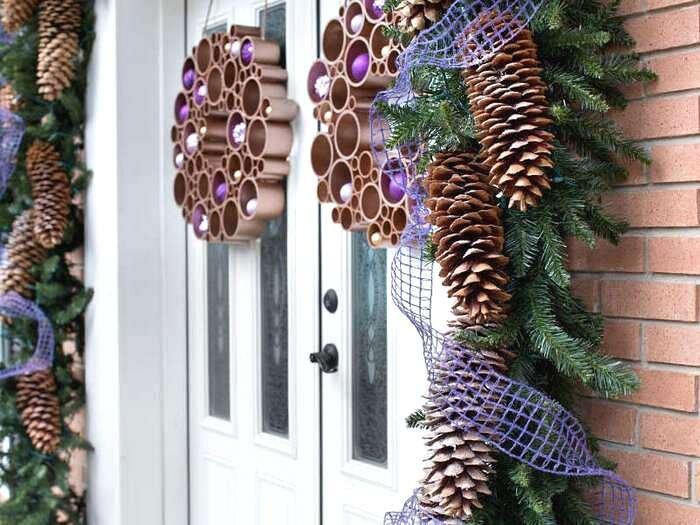 Новогодние венки у входной двери
