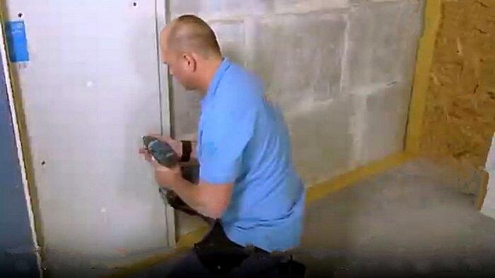 Крепление первой панели при шумоизоляции стены