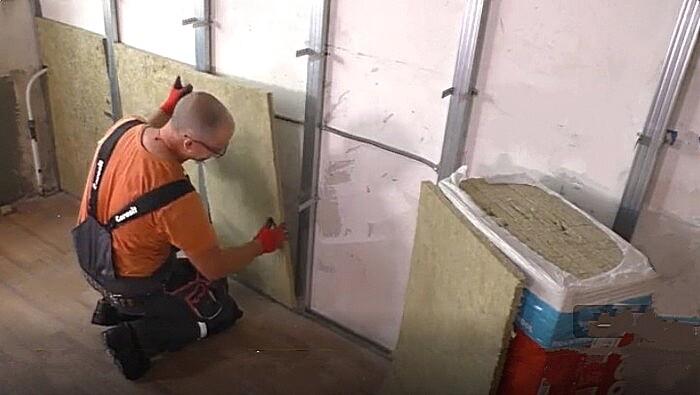 Начало укладки на стену минеральной ваты
