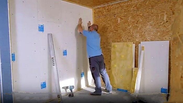 Окончание монтажа панелей при шумоизоляции стен
