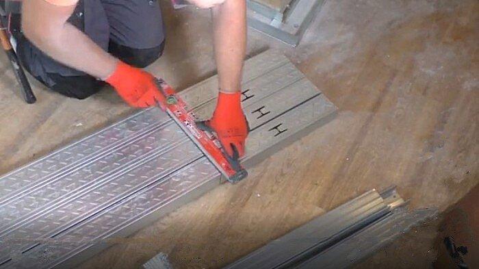 Подготовка вертикальных стоек для шумоизоляции