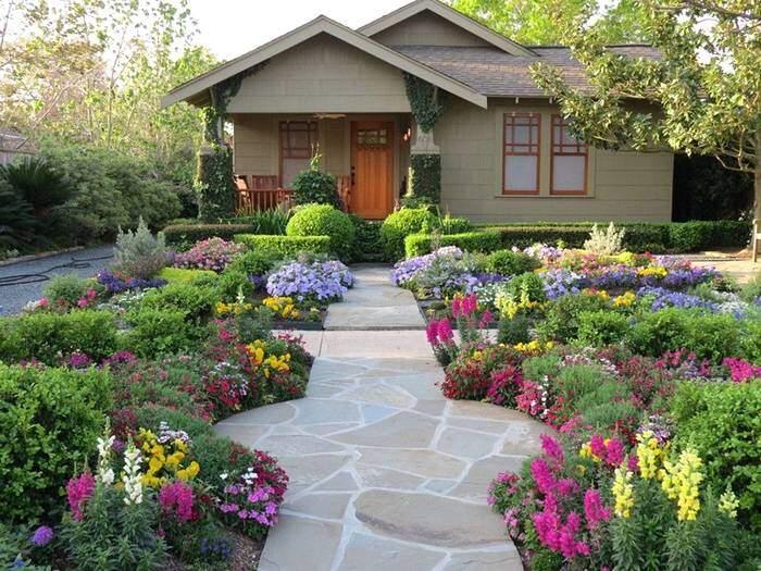 Красивые цветники перед домом