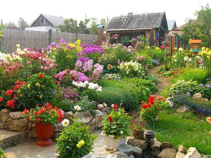 Красивый цветник на загородной даче