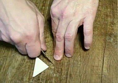 Вырезаем треугольную заплатку для линолеума