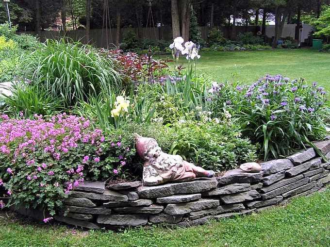 Бордюр цветника из плоских камней