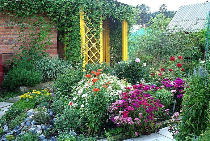 Цветник у входа в дом на даче